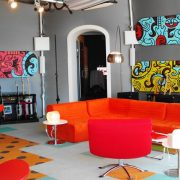 Ζωηρό πορτοκαλί, πλαστικά έπιπλα, ψυχεδελικοί πίνακες, ένα σαλόνι χαρακτηριστικό των 70s