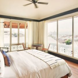 Τα δωμάτια είναι όλα διαφορετικά στη διακόσμηση, αλλά όλα με εκπληκτική θέα από τα τεράστια παράθυρά τους