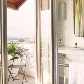 Τα μπάνια ακολουθούν το ίδιο στιλ διακόσμησης και χαλαρής πολυτέλειας