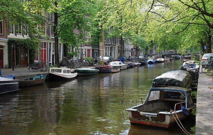 Μία βόλτα με ξενάγηση στα κανάλια του Άμστερνταμ είναι απαραίτητη!