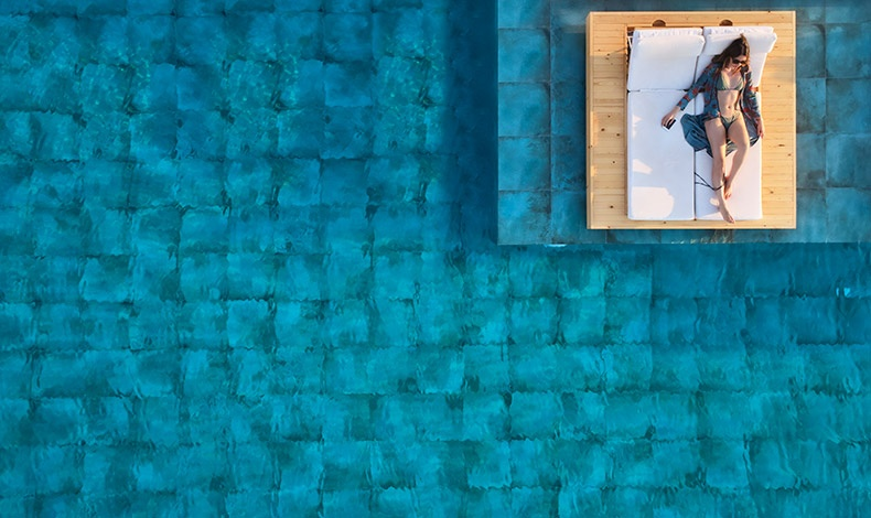 Στο? γαλάζιο και την πολυτέλεια της πισίνας του ξενοδοχείου