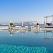Η πισίνα, για στιγμές ευεξίας και χαλάρωσης κάτω από τον ήλιο! Στο ίδιο επίπεδο και το εστιατόριο του ξενοδοχείου, ένας χώρος με ζεστό και προσωπικό χαρακτήρα που προσφέρει μεσογειακή κουζίνα με ελληνική fusion αλλά και ασιατικές γεύσεις