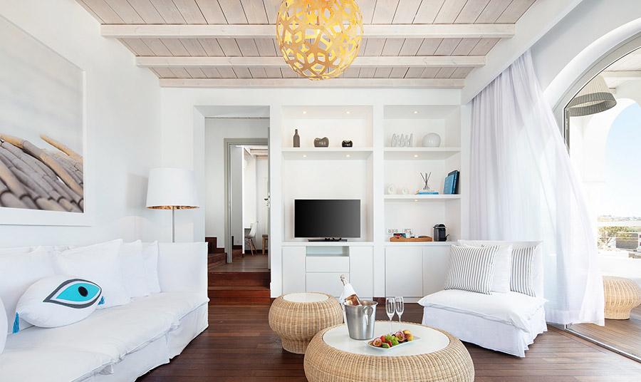 Τα 32 κομψά δωμάτια και σουίτες με minimal και αέρινη αισθητική ακολουθούν τον αρχιτεκτονικό χαρακτήρα του νησιού