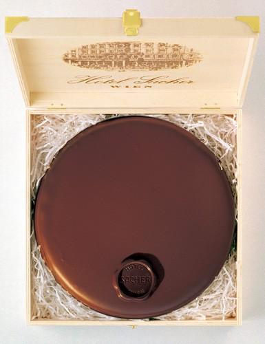 Η αυθεντική Sacher Torte στο ξύλινο κουτί της