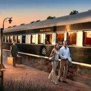 Στην αποβάθρα του τρένου Rovos Rail, με τη χαρακτηριστική επιγραφή, ?Pride of Africa? ή «Το καμάρι της Αφρικής»