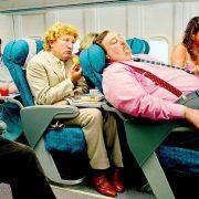 Αποφύγετε να γέρνετε το κάθισμά σας και αφήστε χώρο σε όποιον κάθεται στο μεσαίο κάθισμα. Μπορεί να ασφυκτιά!