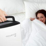 Ο πρακτικός, συμπαγής σχεδιασμός και η ενσωματωμένη λαβή προσφέρουν εύκολη μεταφορά για παράδειγμα από το καθιστικό στο υπνοδωμάτιο για μία καθαρή ατμόσφαιρα που εξασφαλίζει καλύτερο ύπνο! Με τη χρήση ενός αφυγραντήρα Rowenta, ο ύπνος βελτιώνεται, οι πόνοι και οι λοιμώξεις του αναπνευστικού μειώνονται αυξάνοντας συνολικά τα επίπεδα της ευεξίας