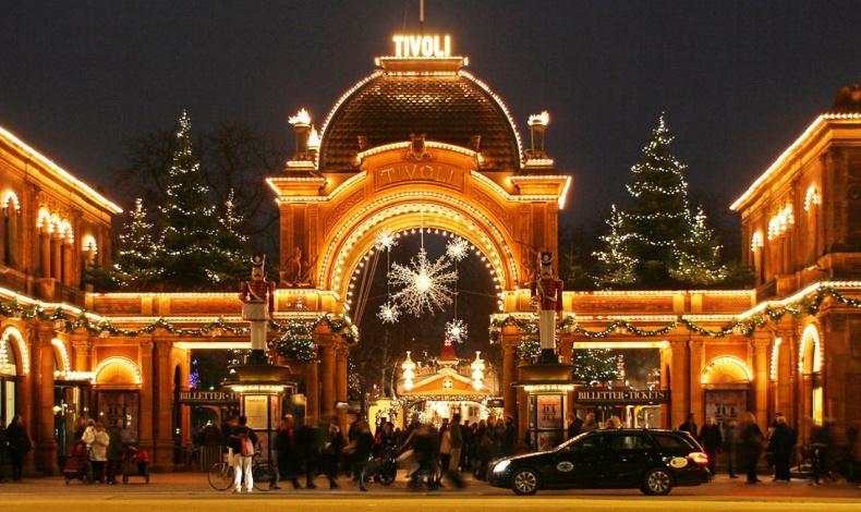 Στο περίφημο πάρκο Τίβολι, η παραδοσιακή χριστουγεννιάτικη αγορά της πρωτεύουσας της Δανίας δίνει αμέσως το στίγμα της σκανδιναβικής αισθητικής