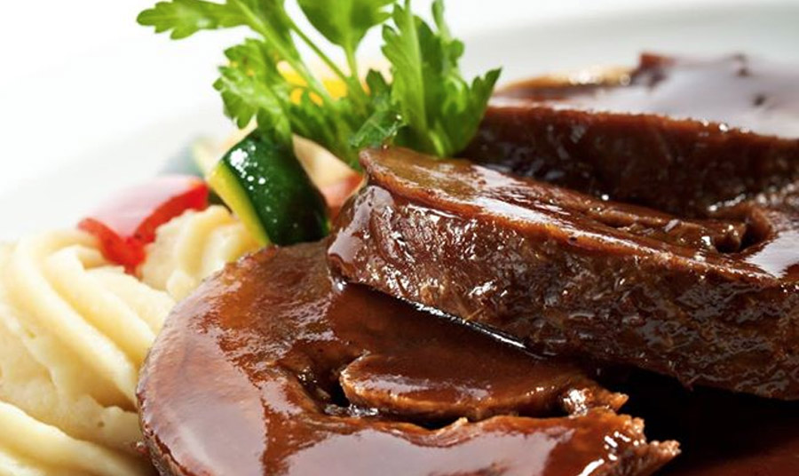 Αγριογούρουνο ραγκού με σάλτσα από ρόδι και πουρέ κολοκύθας