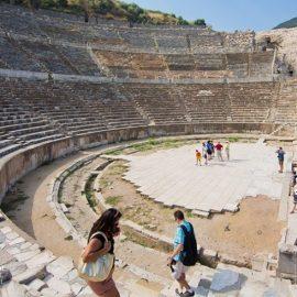 Το αρχαίο θέατρο της Εφέσου που εντυπωσιάζει με τις διαστάσεις του