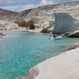 Λευκά βράχια, απίθανοι σχηματισμοί της φύσης και τυρκουάζ νερά, στη Μήλο