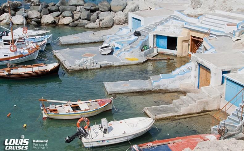 Μήλος: Στα λεγόμενα «σύρματα» φυλάσσονταν οι βάρκες των ψαράδων. Σήμερα τα δίπατα σπιτάκια με τις πολύχρωμες πόρτες συχνά νοικιάζονται