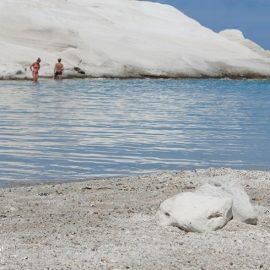Και ποιος δεν θα ήθελε να κάνει μπάνιο εκεί; Μία ακόμη θεαματική παραλία της Μήλου