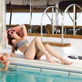 Απόλαυση στην πισίνα, στο κατάστρωμα του κρουαζιερόπλοιου Louis Cristal