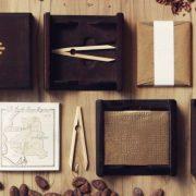 Κάθε μία από τις μπάρες της To'ak, (574 μόνο για το 2014) πακετάρεται σε ένα βιβλιάριο 116 σελίδων μέσα σε ένα κουτί φτιαγμένο από ισπανική λεύκα, χαραγμένο με τον αριθμό της μπάρας