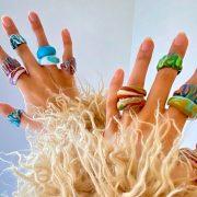 Δαχτυλίδια από ακρυλικό: Η πολύχρωμη «κοριτσίστικη» τάση