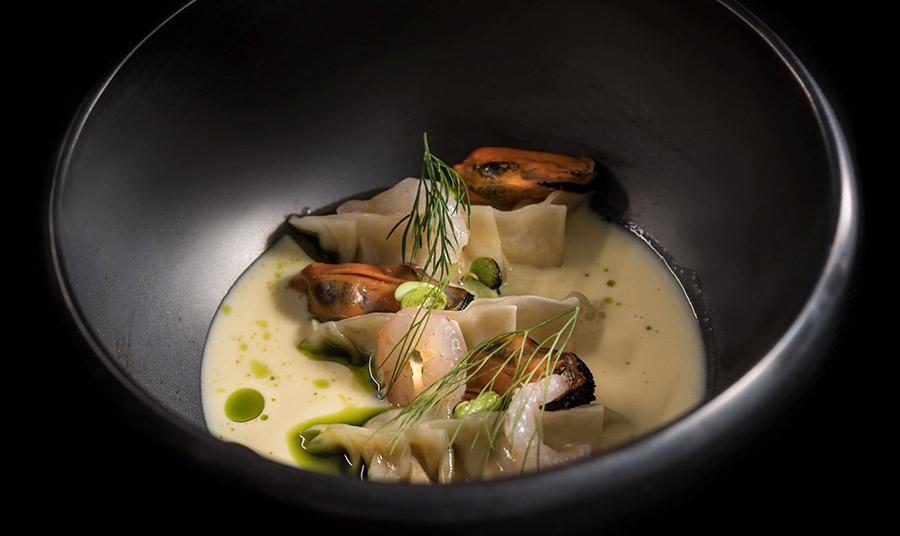 Το θαυμάσιο εστιατόριο προτείνει φέτος ένα fusion μενού που αξιοποιεί με τον καλύτερο τρόπο τα τοπικά προϊόντα της Σαντορίνης, όπως γκιόζα με φάβα Σαντορίνης