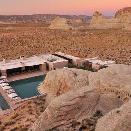 Μέσα στην πανέμορφη έρημο των Ναβάχο, το ξενοδοχείο μοιάζει να έχει διαμορφωθεί από την ίδια τη γη, σαν να είναι ένα με το ονειρικό τοπίο