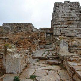 Μια μαγευτική πεζοπορία ξεκινά από το χωριό Ποταμός και οδηγεί στο εγκαταλελειμμένο πέτρινο οικισμό του Ασφοντυλίτη