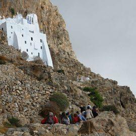 Φωλιασμένη πάνω σε κάθετα βράχια, 300 μ. από τη θάλασσα, η Ιερά Μονή Παναγίας Χοζοβιώτισσας ιδρύθηκε το 1081 - 1118 από τον αυτοκράτορα του Βυζαντίου Αλέξιο Α? Κομνηνό