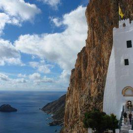 Η εντυπωσιακή Μονή της Παναγίας Χοζοβιώτισσας, γαντζωμένη πάνω σε κάθετο βράχο αγναντεύει το Αιγαίο