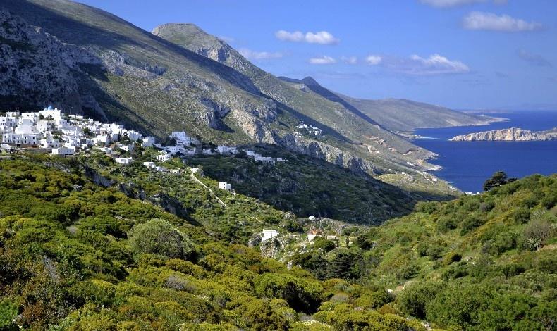 Το χωριό Λαγκάδα αγναντεύει το απέραντο γαλάζιο του Αιγαίου