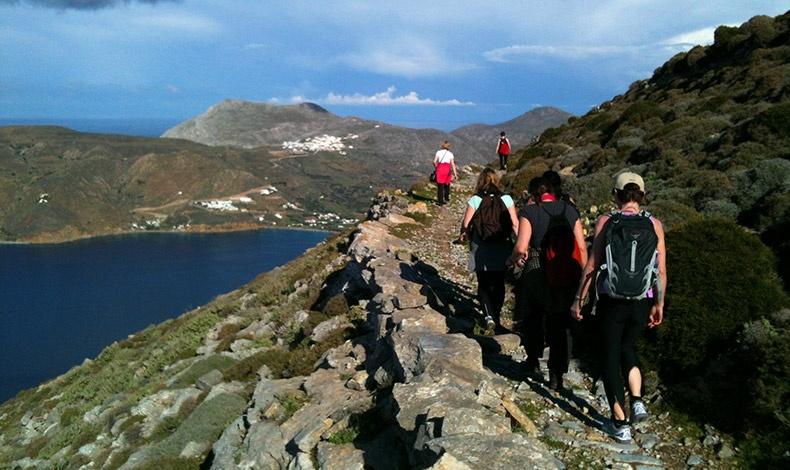 Η Αμοργός είναι αγαπημένος προορισμός για όσους λατρεύουν την πεζοπορία, καθώς στο νησί υπάρχουν πολλά μονοπάτια, περισσότερα από 85 χλμ.