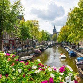 Ζωηρή, ανήσυχη και γεμάτη λουλούδια και ποδήλατα, η πόλη σας περιμένει να την ανακαλύψετε!