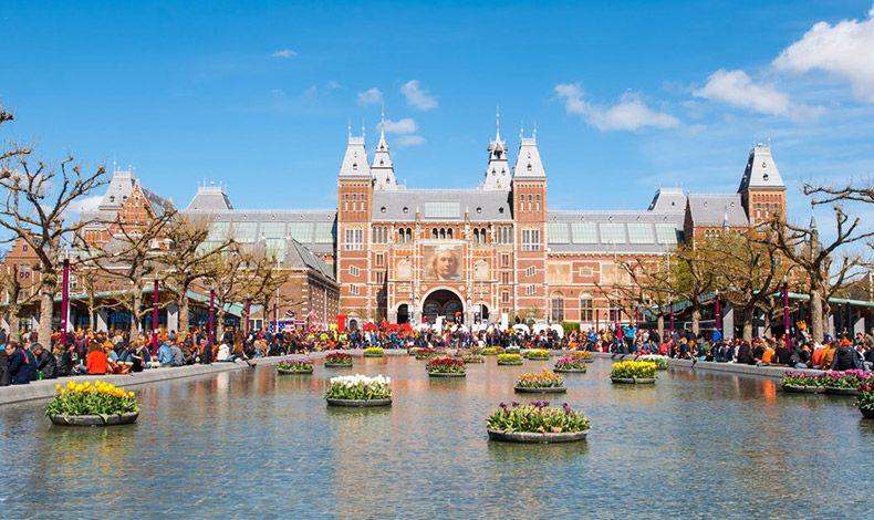 Το Rijksmuseum είναι το ολλανδικό εθνικό μουσείο αφιερωμένο στις τέχνες και την ιστορία του Άμστερνταμ και περιλαμβάνει πάνω από 1.000.000 έργα