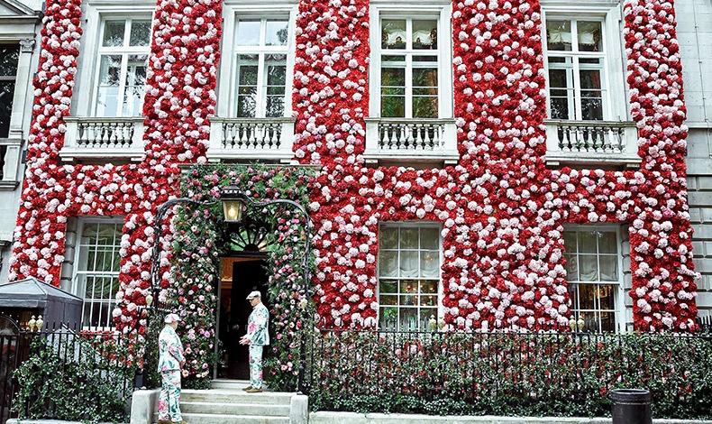 Η πρόσοψη της έπαυλης του ανανεωμένου Annabel?s, στολισμένη με χιλιάδες ροζ και κόκκινα λουλούδια