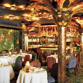 Το υπόγειο nightclub με μεταξωτή ταπετσαρία de Gournay που αναπαριστά σκηνές από τη ζούγκλα, όπως και όλο το υπόλοιπο ντεκόρ, από τα φωτιστικά σαν φοίνικες μέχρι τις λεοπάρ ταπετσαρίες στις καρέκλες