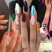 Τάση μανικιούρ: διαφορετικά χρώματα και σχέδια στα νύχια μας