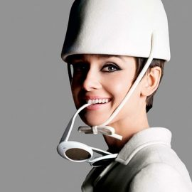 Η Audrey Hepburn με σύνολο Courrèges, φωτογραφημένη από τον Douglas Kirkland το 1965
