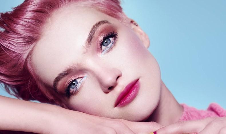 Το ροζ αποτελεί ένα από τα top trends του μακιγιάζ για τη σεζόν. Εφαρμόστε το στα ζυγωματικά, τα βλέφαρα, αλλά και στα χείλη και δημιουργήστε μία γλυκιά μονοχρωμία που αποπνέει φρεσκάδα αλλά και ρομαντισμό