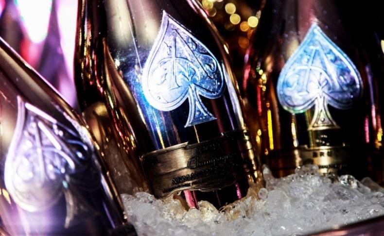 Η σαμπάνια Armand de Brignac πωλείται ούτε λίγο ούτε πολύ 300 ευρώ το μπουκάλι