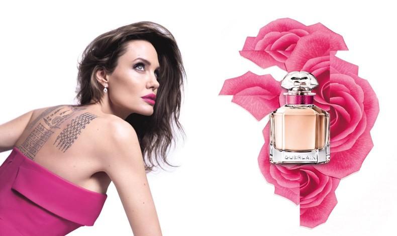 Για τη διαφημιστική καμπάνια, η Αντζελίνα Τζολί δεν διστάζει να προβάλλει περήφανα τα τατουάζ της, τονίζοντας τα χείλη της με ένα ζωηρό, φωτεινό φούξια κραγιόν που θυμίζει τριαντάφυλλο. Το μήνυμα δεν μπορεί να είναι πιο σαφές!