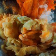 Η έκθεση Perfume: A Sensory Journey Through Contemporary Scent μέσω οπτικών και ακουστικών μέσων μεταφέρει τον επισκέπτη στον κόσμο του αρώματος