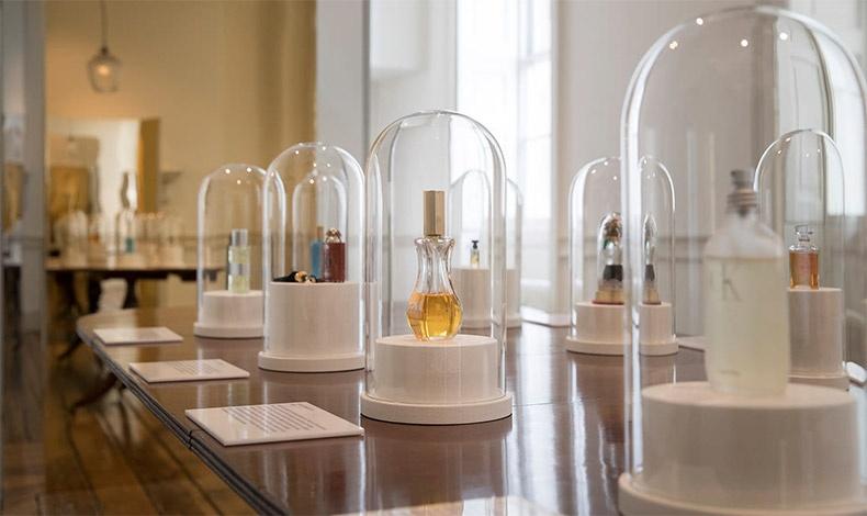 Μπουκάλια διάσημων αρωμάτων στο Somerset House