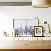 Ανακαλύψτε τρόπους για να δημιουργήσετε συνθέσεις με πίνακες και φωτογραφίες που θα δώσουν άλλον αέρα στο σπίτι
