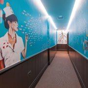 Ένας από τους διαδρόμους του ξενοδοχείου Exhibitionist με ένα εντυπωσιακό έργο του M. Thome