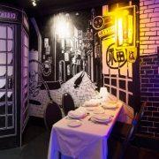 Στο εστιατόριο του Exhibitionist Ηοtel του Λονδίνου