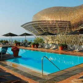 Ο διάσημος αρχιτέκτονας Frank Gehry έχει δημιουργήσει το αριστουργηματικό χρυσόψαρο, που κοσμεί τον εξωτερικό χώρο του Hotel Arts στη Βαρκελώνη