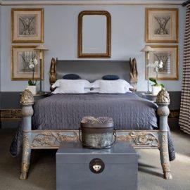 Δωμάτιο του ξενοδοχείου Βlakes, με αποχρώσεις εξωτικής τέχνης και μια όμορφη ανάμειξη επιρροών Ανατολής και Δύσης