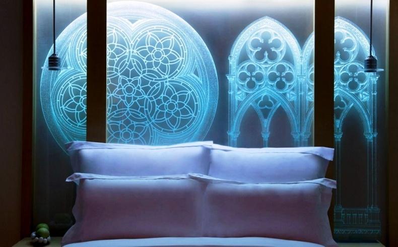 Υπέροχη installation γοτθικού ρυθμού στο κεφαλάρι του κρεβατιού με τέλειο φωτισμό, στο Le Meridien της Βιέννης