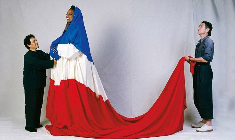 O Azzedine Alaïa με την Jessye Norman που φοράει το φόρεμα
