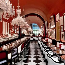 Μυστηριώδες και προκλητικό, το The Bar έχει πηγή έμπνευσης τις μεγάλες μπάρες των αμερικανικών μπαρ σε συνδυασμό με τις μεγαλειώδεις αίθουσες χορού στις Βερσαλλίες…