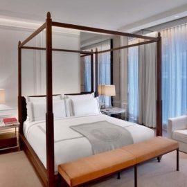 Στις σουίτες και τα ξεχωριστά δωμάτια του Baccarat Hotel, όλα θυμίζουν Παρίσι και τη φινέτσα της ευρωπαϊκής πόλης, συνδυάζοντας την αύρα του χθες με τις ανέσεις και τη σχεδιαστική εξέλιξη του σήμερα