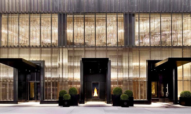 Ένα boutique ξενοδοχείο που γέμισε φως την καρδιά της Νέας Υόρκης και μεταφέρει με τη σφραγίδα του και τις αυθεντικές κρυστάλλινες πινελιές τη μοναδική αύρα του οίκου Baccarat