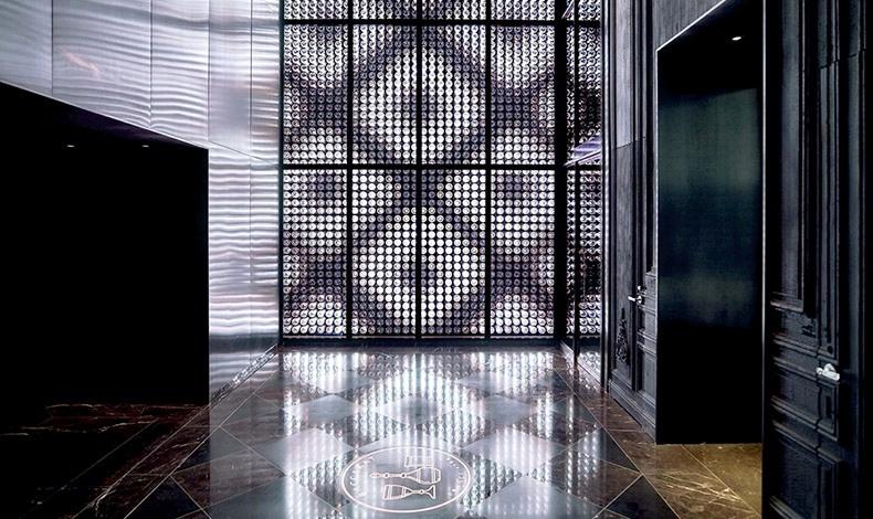 Η κομψότητα και η αίσθηση του κρυστάλλινου κυριαρχούν ακόμη και στους διαδρόμους του ξενοδοχείου
