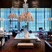 Κρυστάλλινοι πολυέλαιοι, κηροπήγια, διακοσμητικά αντικείμενα και τα περιώνυμα σερβίτσια που κατά καιρούς προτίμησε η ελίτ της Ευρώπης, διακοσμούν τους χώρους του ξενοδοχείου